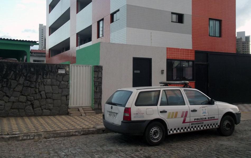 Chegada da Polícia Civil a um dos locais de cumprimento de busca e apreensão da Operação Clone