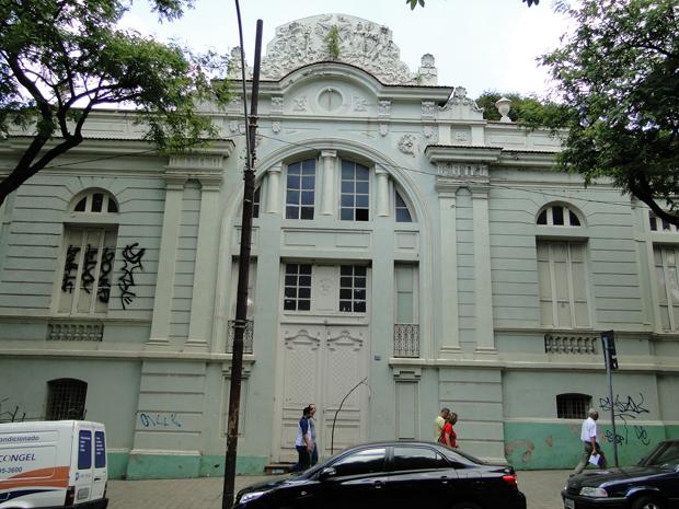Fachada da Escola Estadual Barão do Rio Branco, vista da Avenida Getúlio Vargas, na Região Centro-Sul de Belo Horizonte.