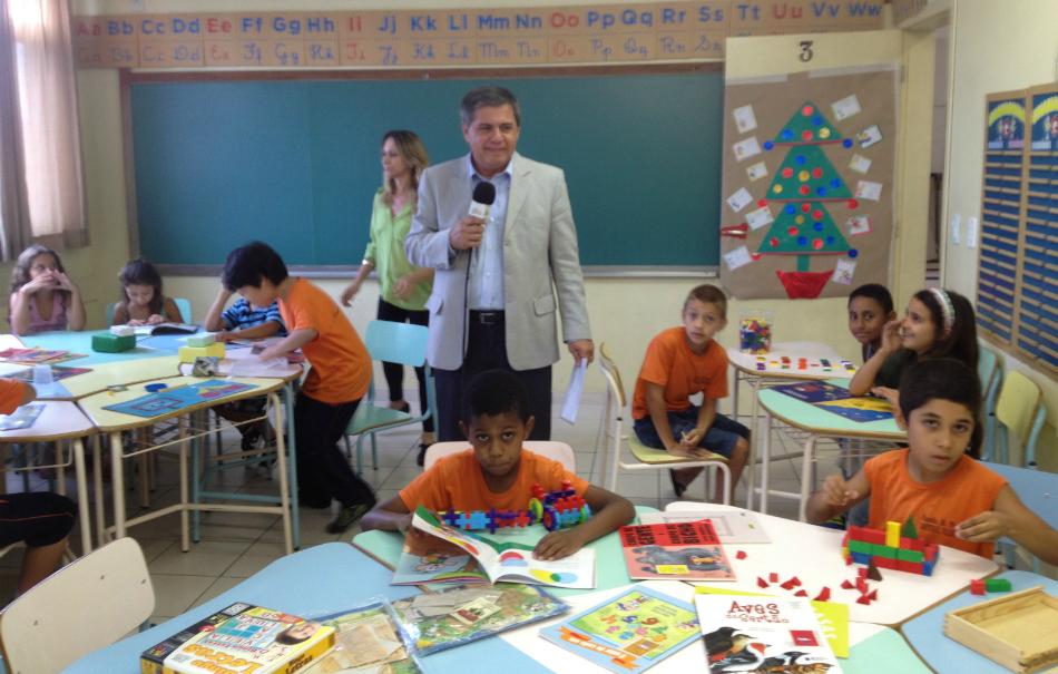Equipe da Redação Móvel grava reportagem em escola da capital