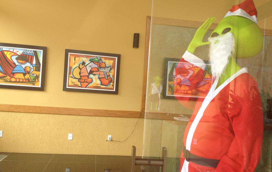Papai Noel ET dá as boas-vindas aos hóspedes de um hotel, em Alto Paraíso de Goiás
