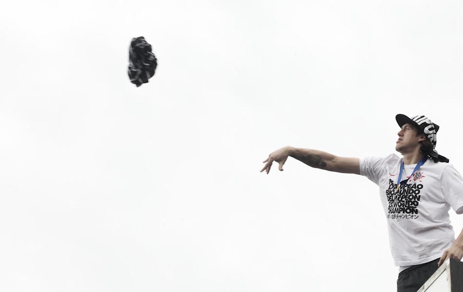 Cássio joga camisa durante festa do Corinthians pela conquista do Mundial