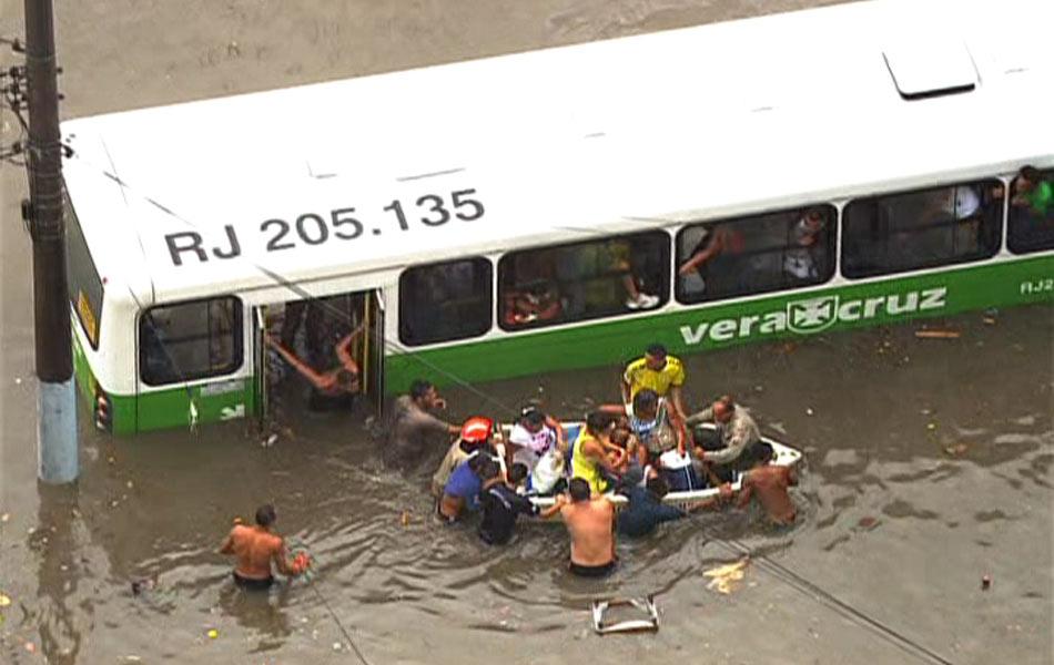 Ônibus ficou ilhado em enchente na Estrada do Quitungo, em Brás de Pina, no Subúrbio do Rio
