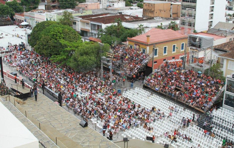 Multidão aguarda o início do espetáculo Glorioso!, em Manaus