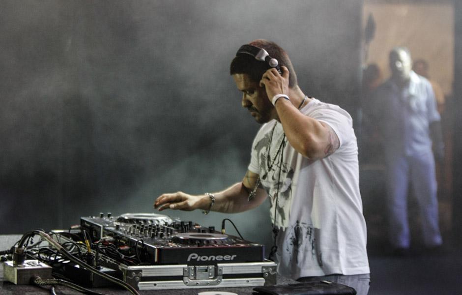 DJ Mau Mau comanda a balada após o fim da apresentação das bandas no palco da Avenida Paulista