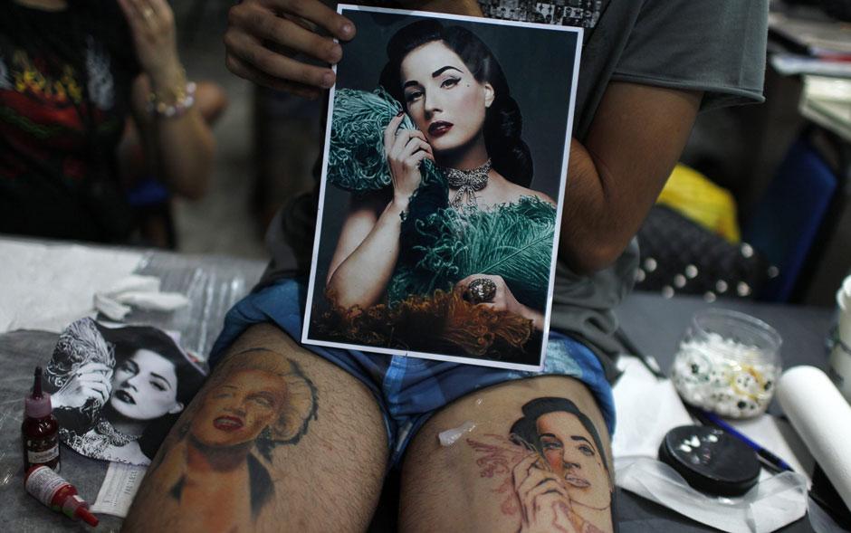 Pessoas que aproveitaram o final de semana no Rio de Janeiro para visitar a convenção internacional de tatuagem e body piercing, o Tattoo Week Rio, exibiram na pele alguns de seus desenhos, novos e antigos. O evento reuniu mais de 170 artistas.