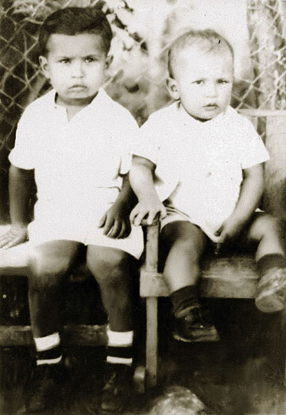 Fotografia sem data mostra Hugo Chávez (direita), quando criança posando ao lado do seu irmão Adam Chávez, em Barinas, Venezuela.