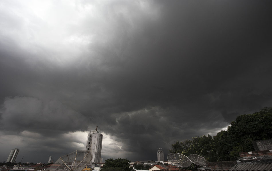 Nuvens escuras encobrem o céu da zona leste, visto a partir do bairro da Mooca, na cidade de São Paulo, na tarde desta terça-feira (08).