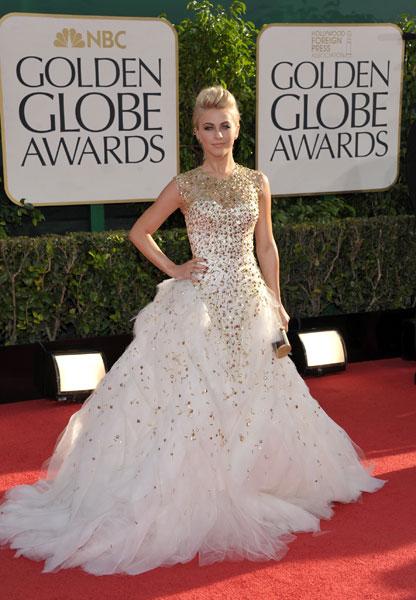 O jovem atriz Julianne Hough, conhecida por sua participação no musical 'Rock of Ages', posa para foto no tapete vermelho do Globo de Ouro 2013, neste domingo (13), em Los Angeles