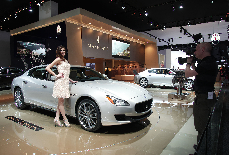 Modelo faz pose no estande da Maserati