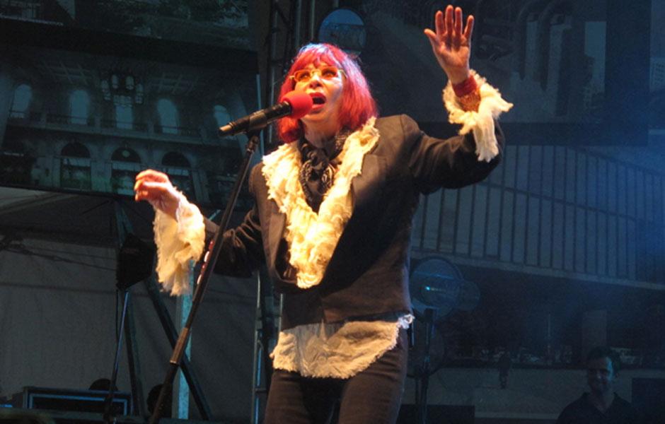 Rita Lee entrou no palco por volta das 22h55 com a bandeira da cidade e cantou sucessos como Banheira de Espuma