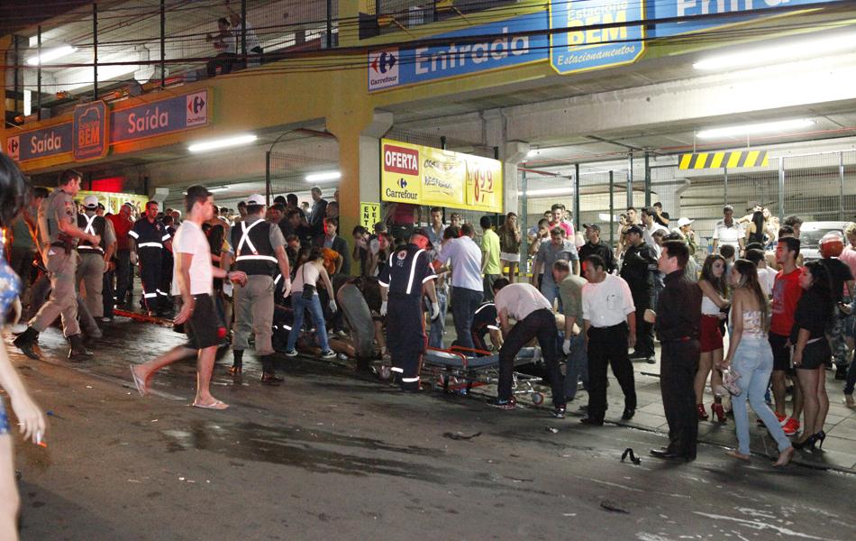 Polícia e o Corpo de Bombeiros trabalham no local, checando as circunstâncias do fogo e retirando corpos da área