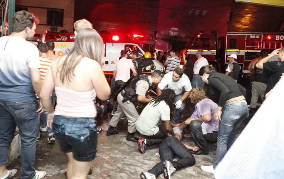 27 de janeiro - Vítimas são socorridas em frente à boate onde houve o incêndio