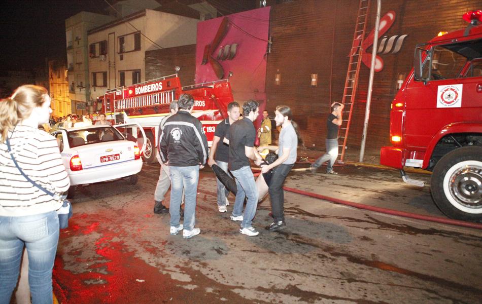 O incêndio provocou pânico e muitas pessoas não conseguiram acessar a saída de emergência