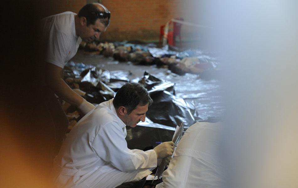 27 de janeiro - Familiares das vítimas fazem o reconhecimento dos corpos no Centro Desportivo Municipal de Santa Maria