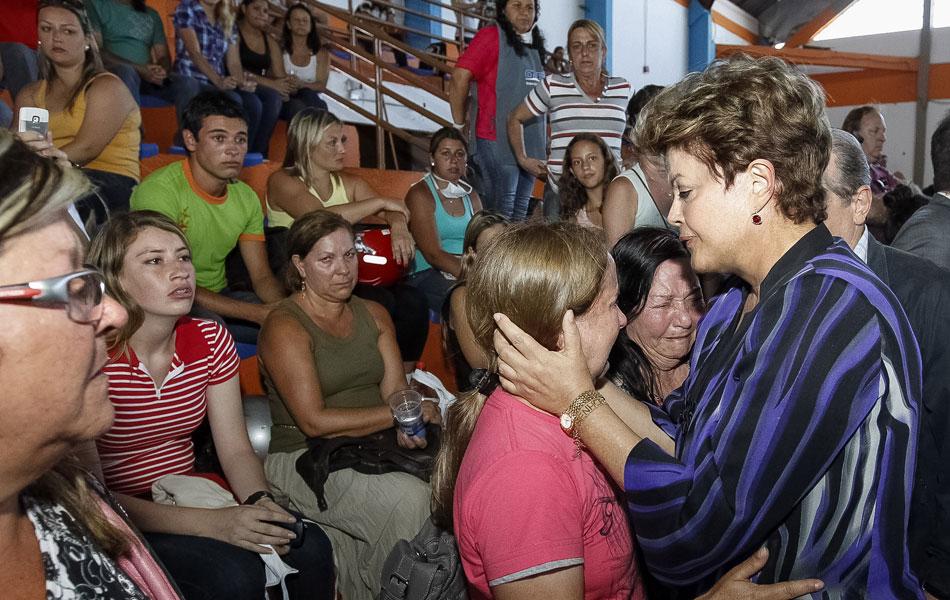 27 de janeiro - Dilma conforta familiar de vítima de tragédia em Santa Maria