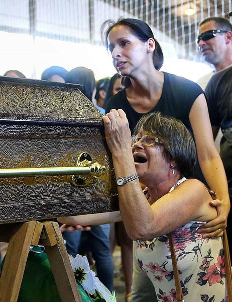 27 de janeiro - Parentes de vítimas de tragédia, durante velório em santa Maria