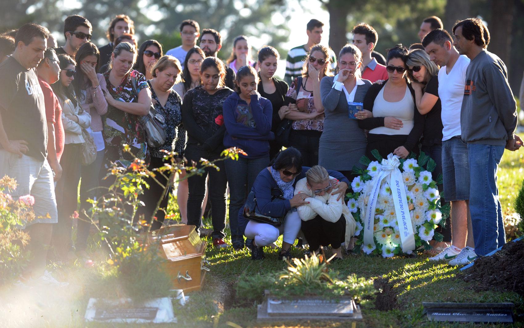 28 de janeiro - Família e amigos de Heitor de Oliveira, uma das vítimas do incêndio na boate Kiss, participam do enterro do jovem de 24 anos, no cemitério Santa Rita