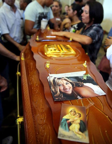 27 de janeiro - Familiares e amigos se despedem de vítima de incêndio na boate Kiss, em Santa Maria (RS).