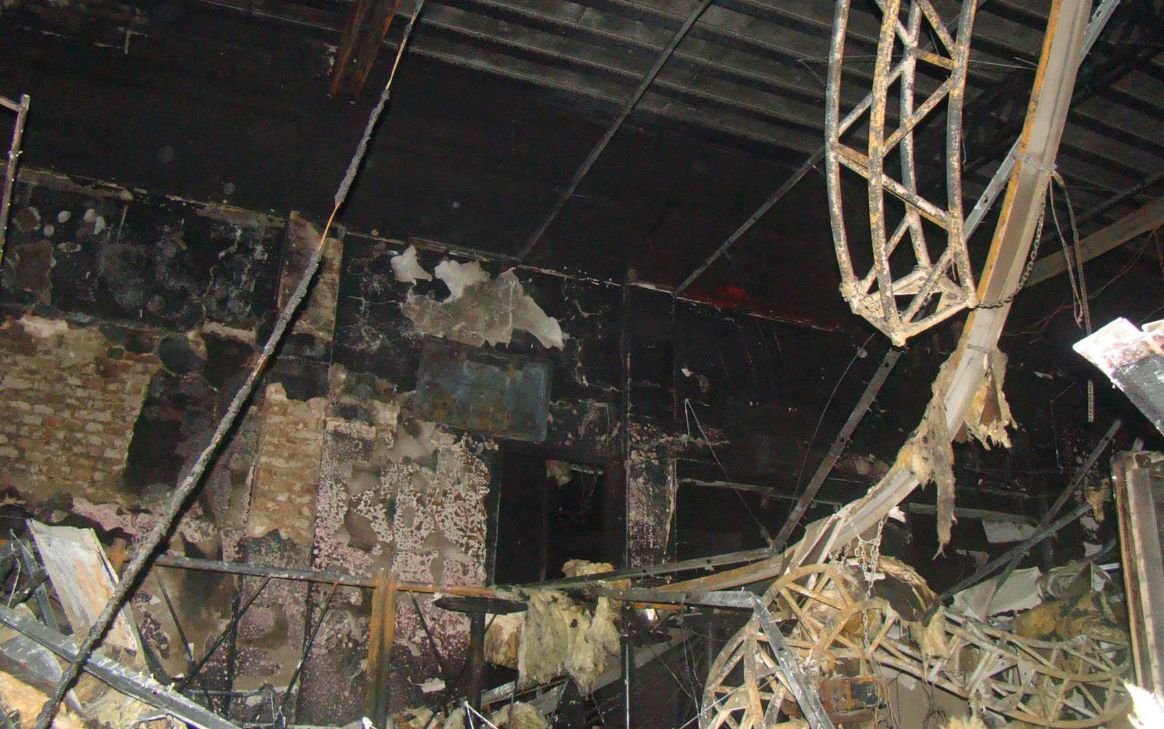 Teto incendiado durante festa na madrugada de domingo (27) em Santa Maria