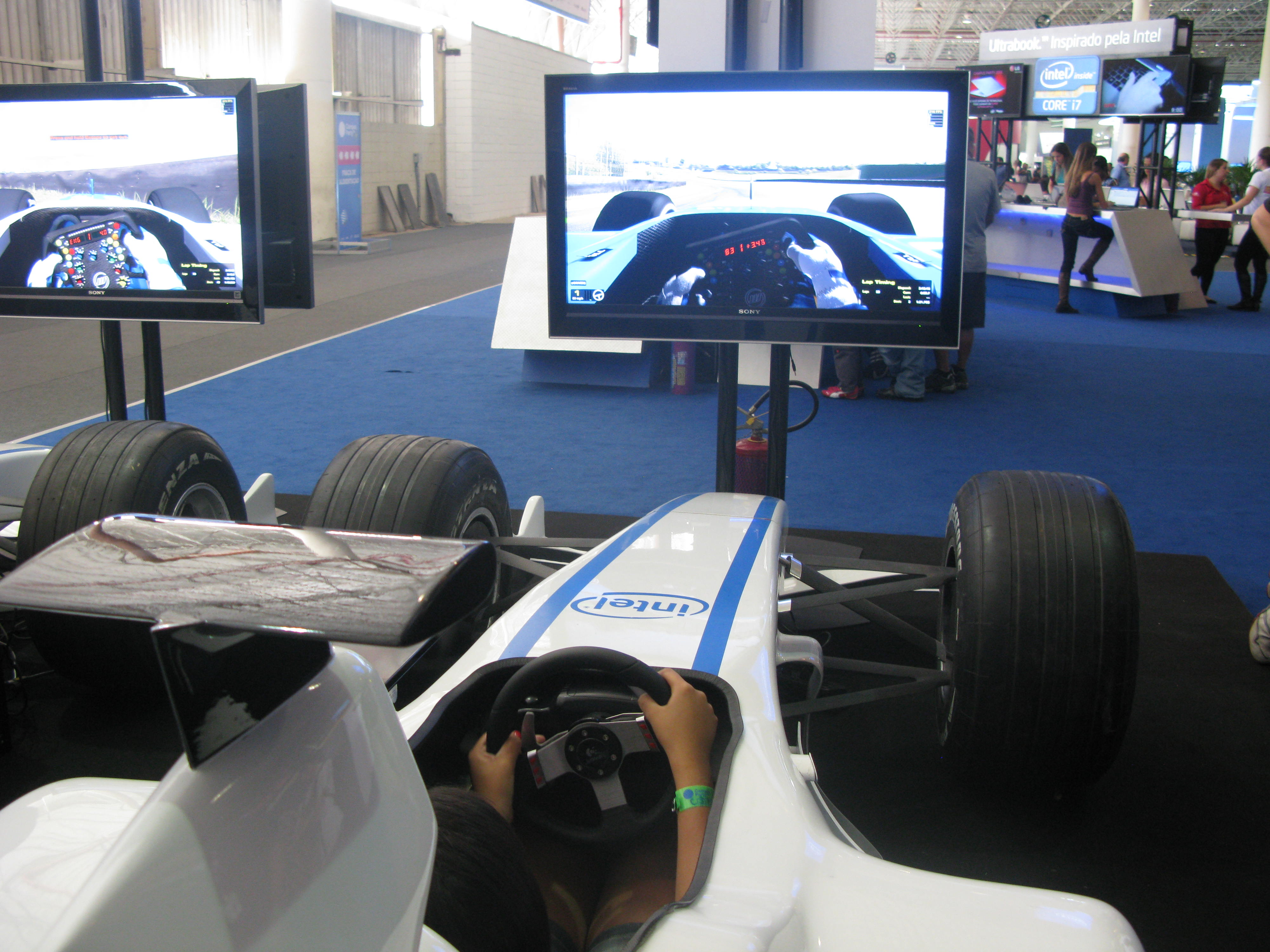 Réplica de cockpit de Fórmula 1 é destaque
