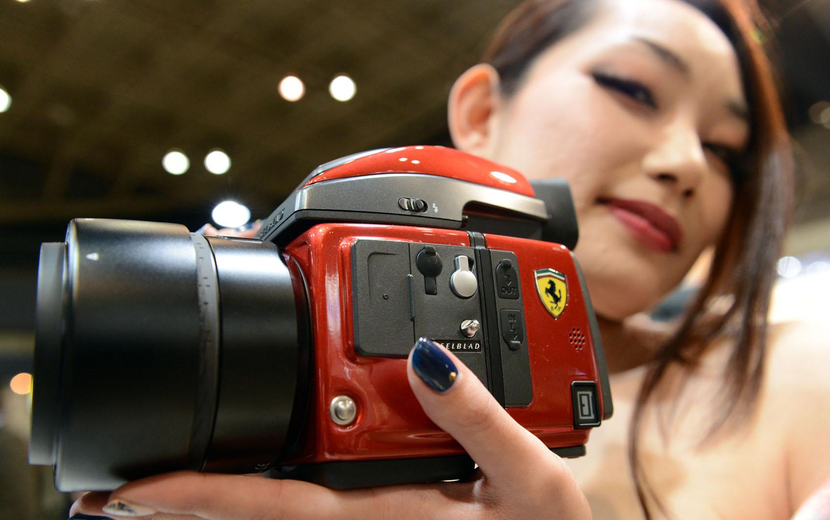 Modelo mostra câmera Hasselblad H4D-40 digital edição limitada com logo da Ferrari no primeiro dia da feira em Yokohama, Japão