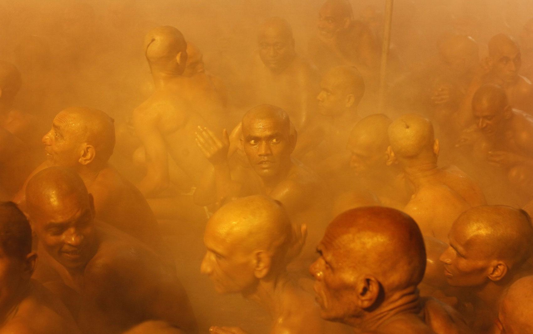 Hindus da seita Juna Akhara participam de ritual de banho sagrado na confluência dos rios Yamuna e Ganges, durante o festival Kumbh Mela em Allahabad, Índia. No ritual, realizado uma vez a cada 3 anos, sadhus ganham status de naga, ou 'homens bons nus'.