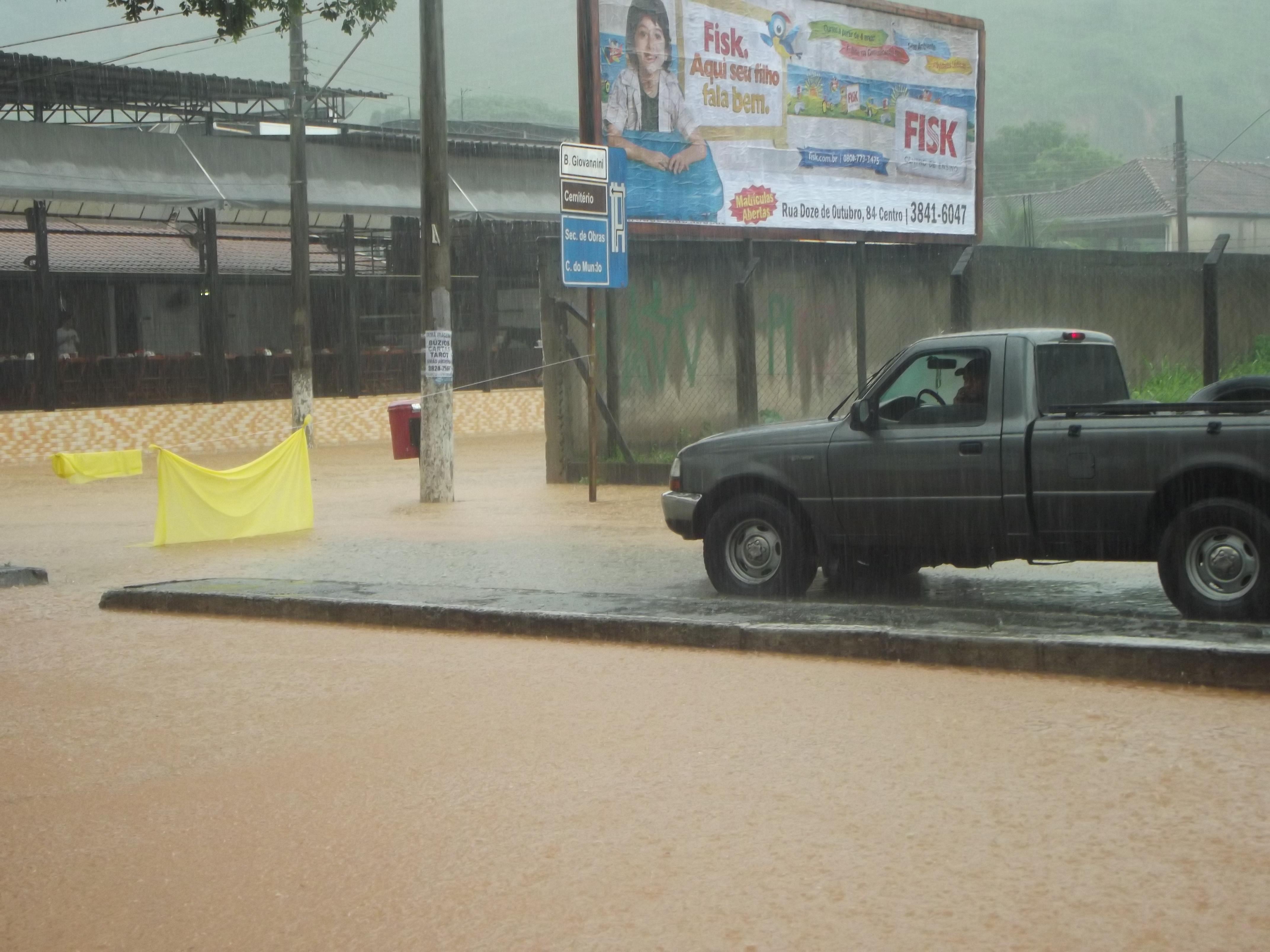 Comerciantes precisaram interditar a Av. Magalhães Pinto para bloquear a passagem de veículos.