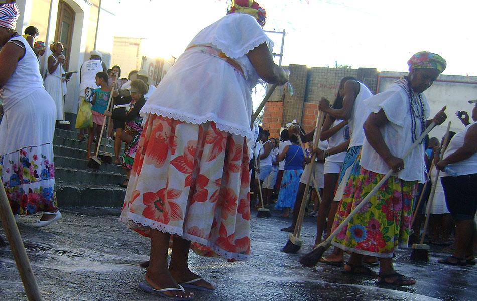 Baianas lavam escadarias e entrada da Igreja de Nossa Senhora da Conceição