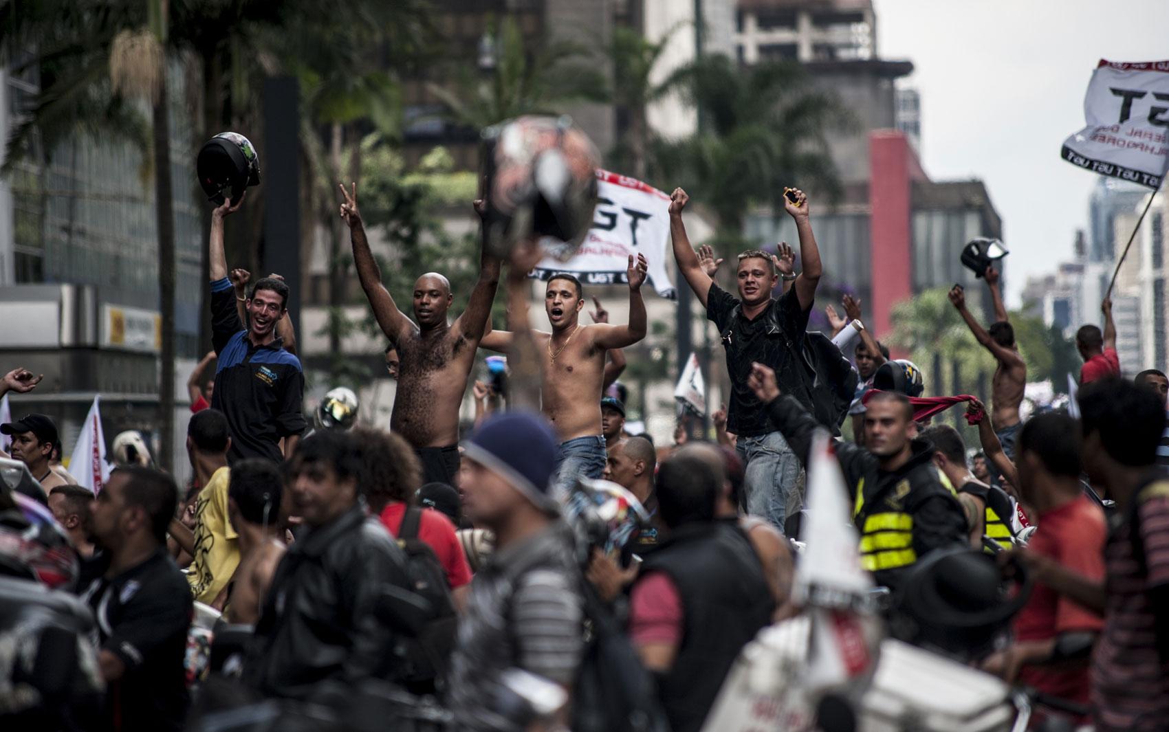 Protesto realizado por motoboys em São Paulo travou a Avenida Paulista no começo da tarde desta sexta-feira (1°)