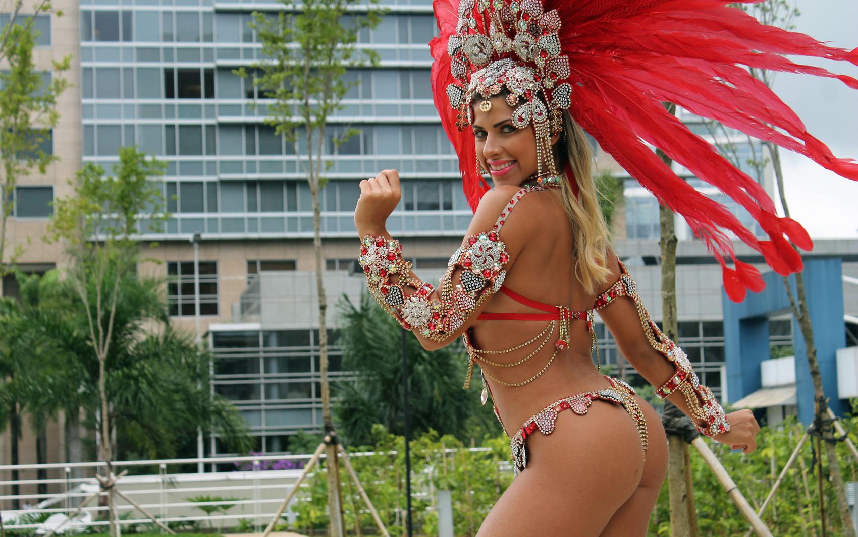 Ana Paula Minerato, musa da Gaviões da Fiel, posa com sua fantasia preferida.