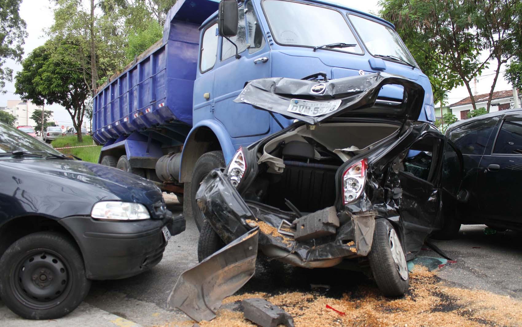 Caminhão desgovernado atingiu doze carros na zona norte de São Paulo (SP), na tarde desta quarta-feira (6). Não houve vítimas.