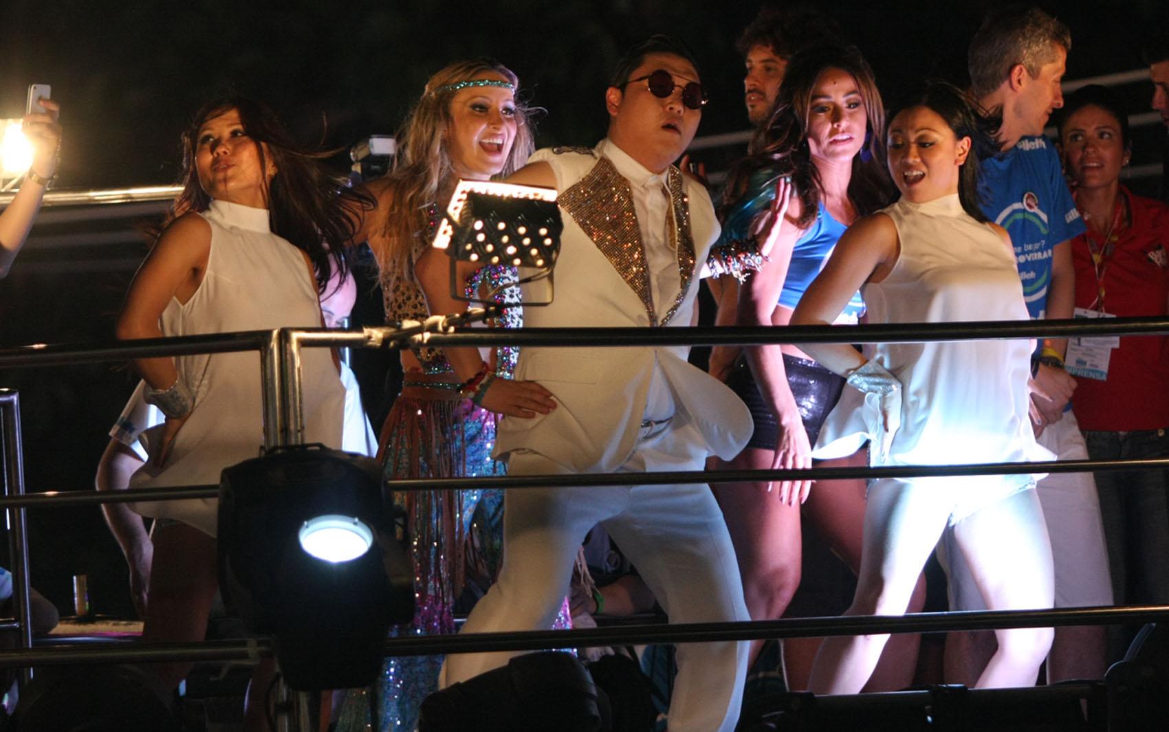 Psy canta e dança com Claudia Leitte e Sabrina Sato