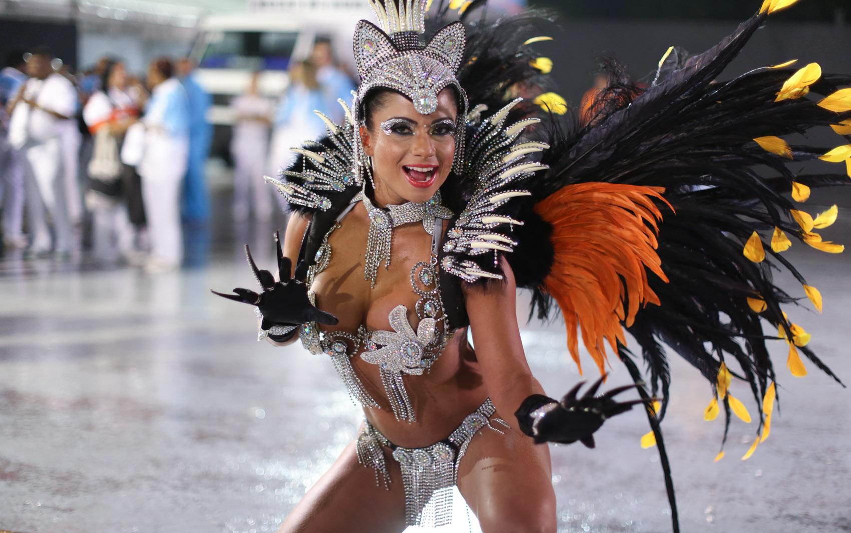 Dani Sperle, destaque a Acadêmicos do Tatuapé, posa para foto antes de entrar no Anhembi
