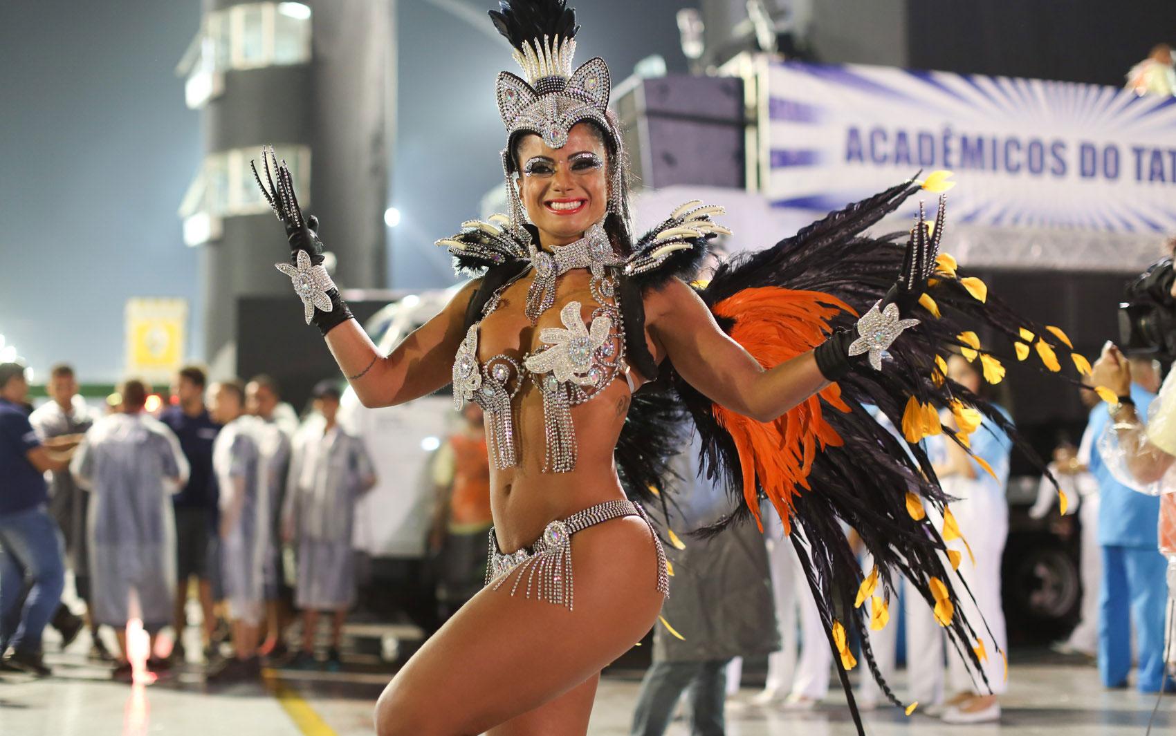 Dani Sperle usa fantasia de R$ 10 mil para desfile da Acadêmicos do Tatuapé, que abre o carnaval de São Paulo
