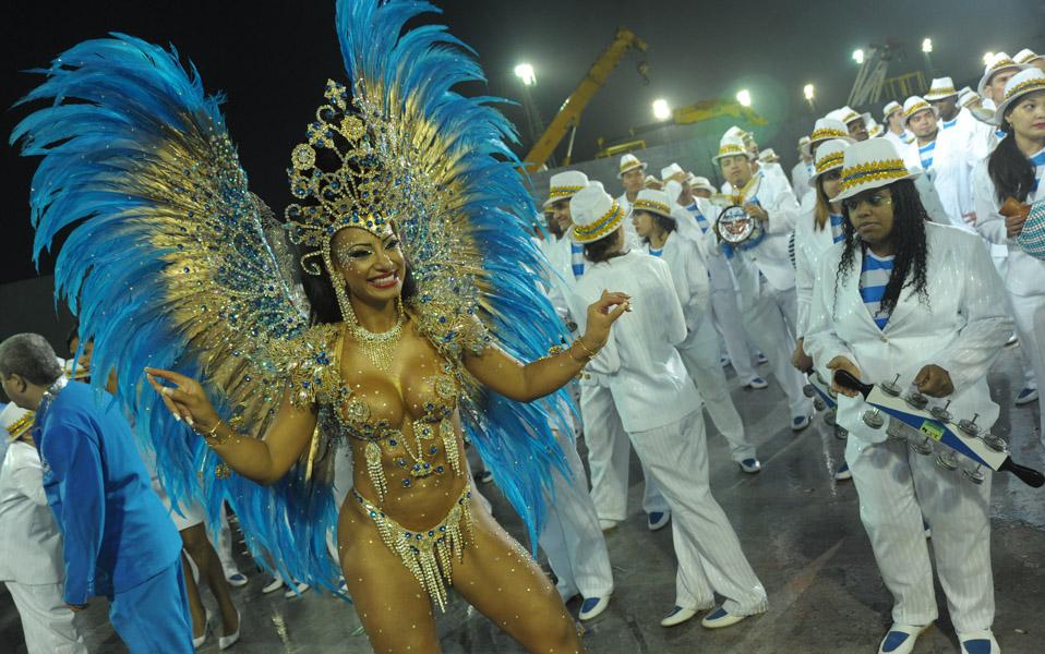 Cinthia Santos é a madrinha de bateria da Águia de Ouro