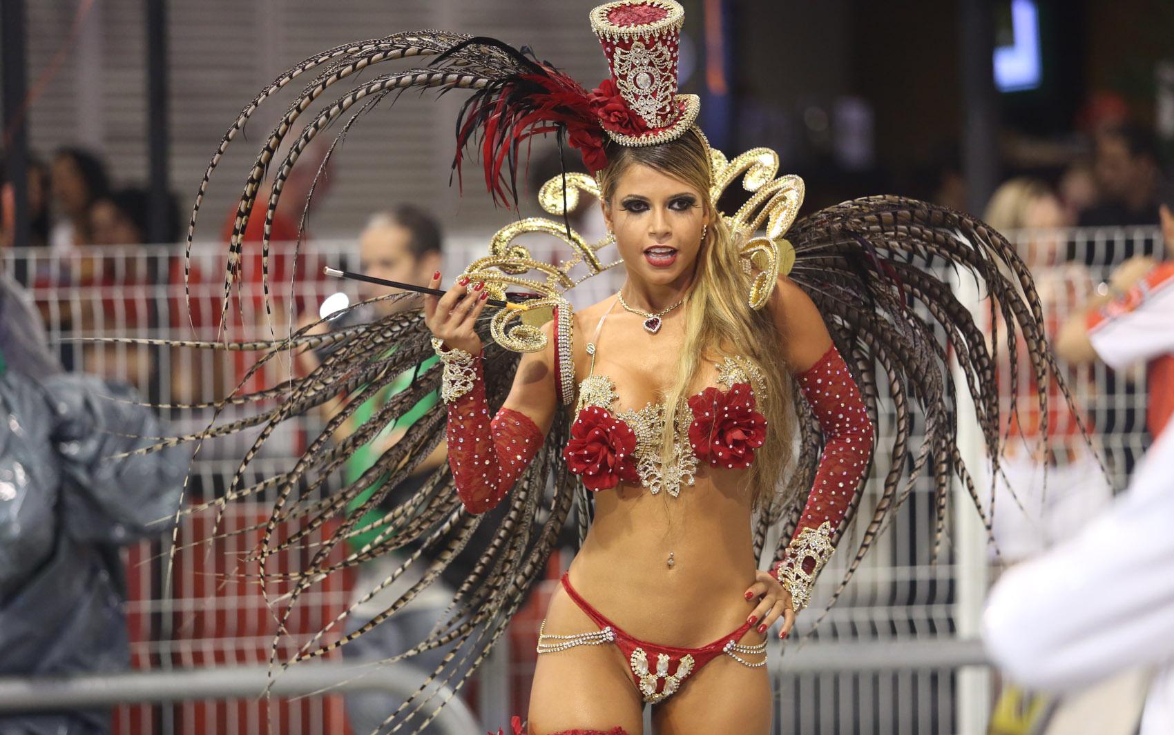 A ex-BBB Cacau Colucci exibe a fantasia durante desfile da Dragões da Real