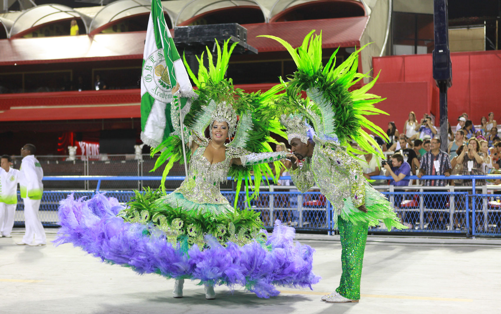 Mestre-sala e porta-bandeira durante desfile da Acadêmicos de Santa Cruz