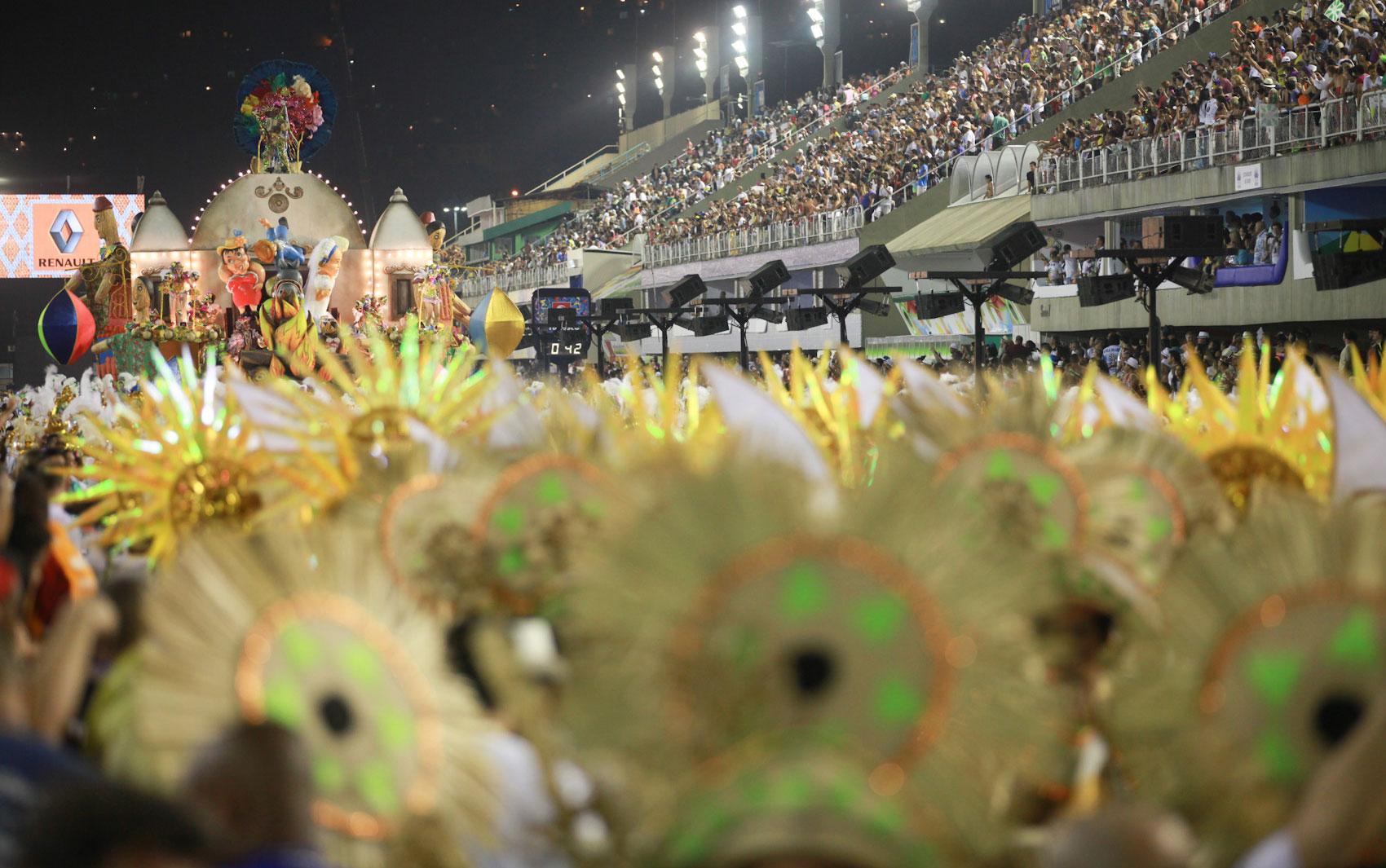 Público acompanha desfile da Acadêmicos de Santa Cruz