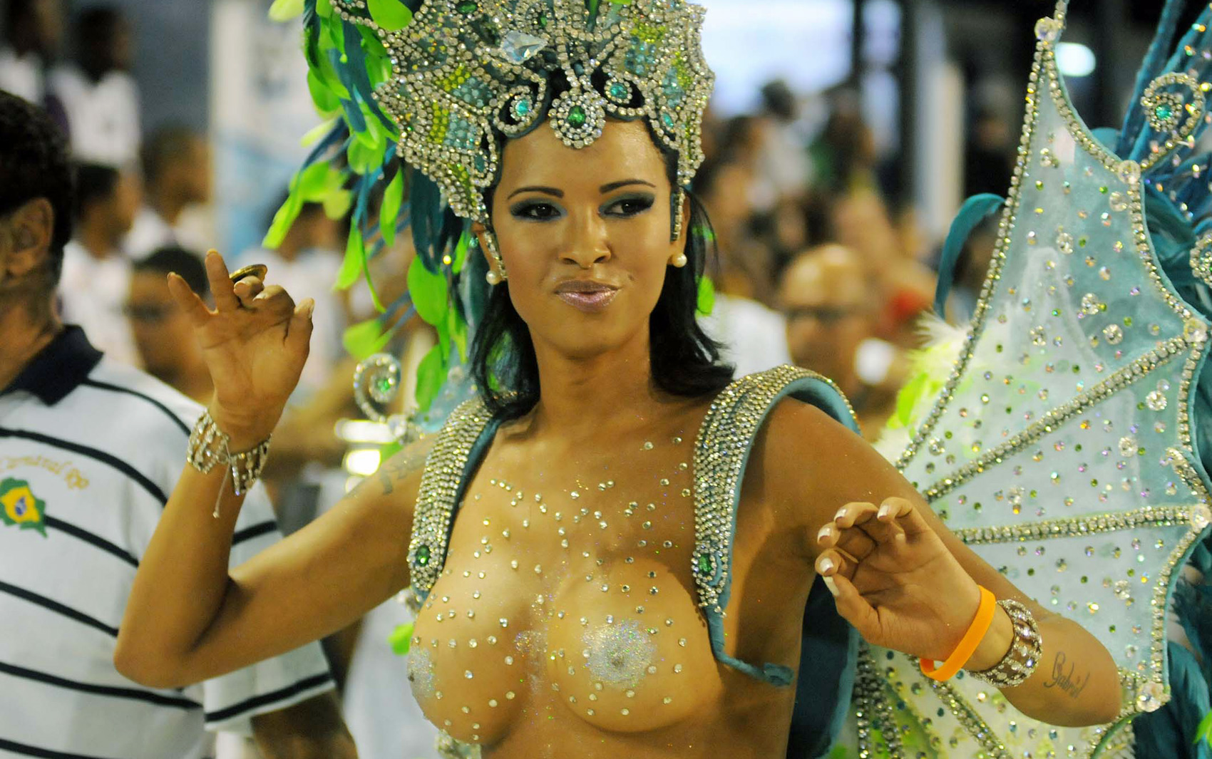 Ariadna Thalia da Silva Arantes representing the Escola de Samba Unidos da Vila Santa Tereza.  G1 Globo