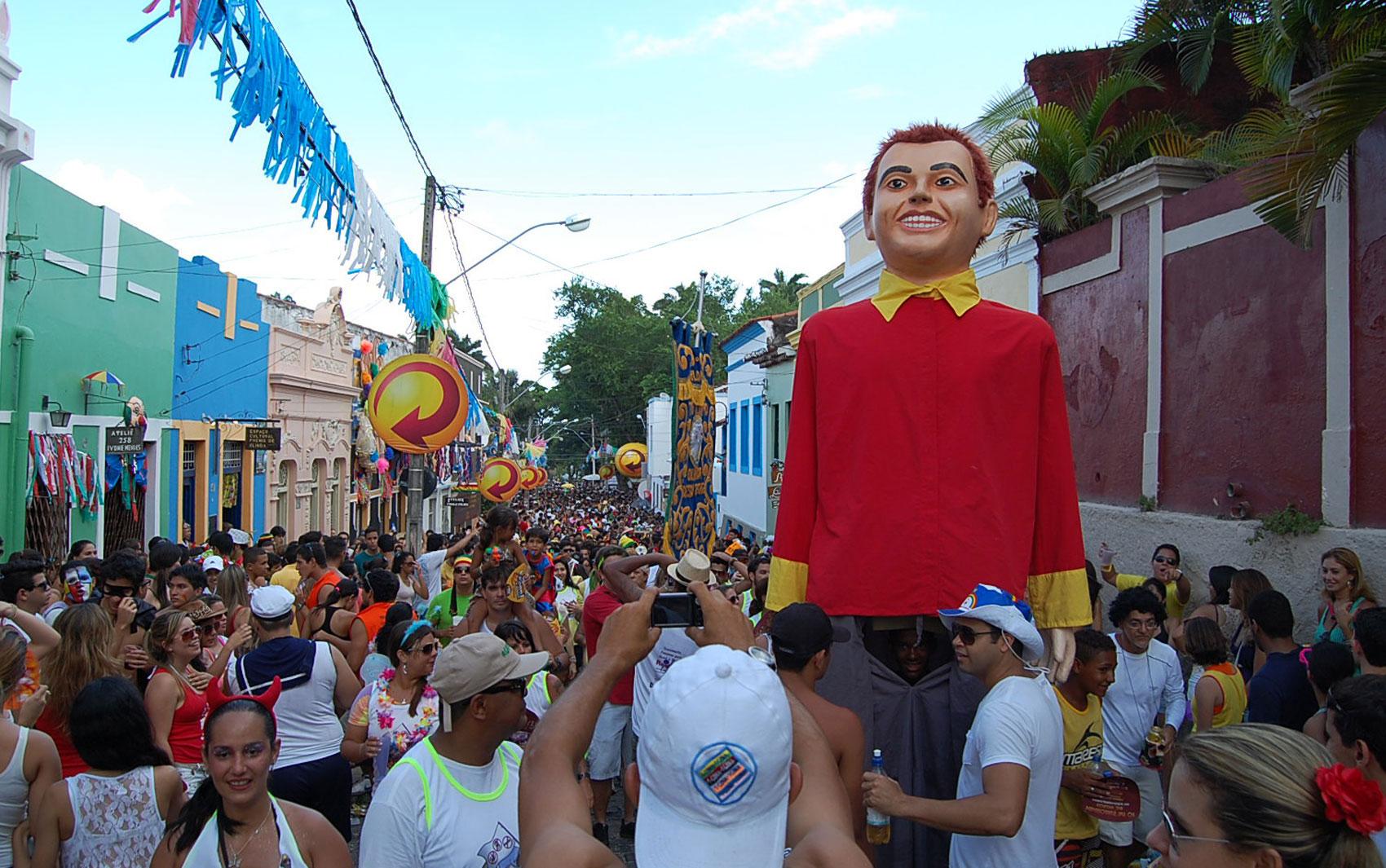 Bloco Tô Limpo desfila pelas ladeiras de Olinda, neste sábado (9), com integrantes que superaram o vício de drogas ou álcool.