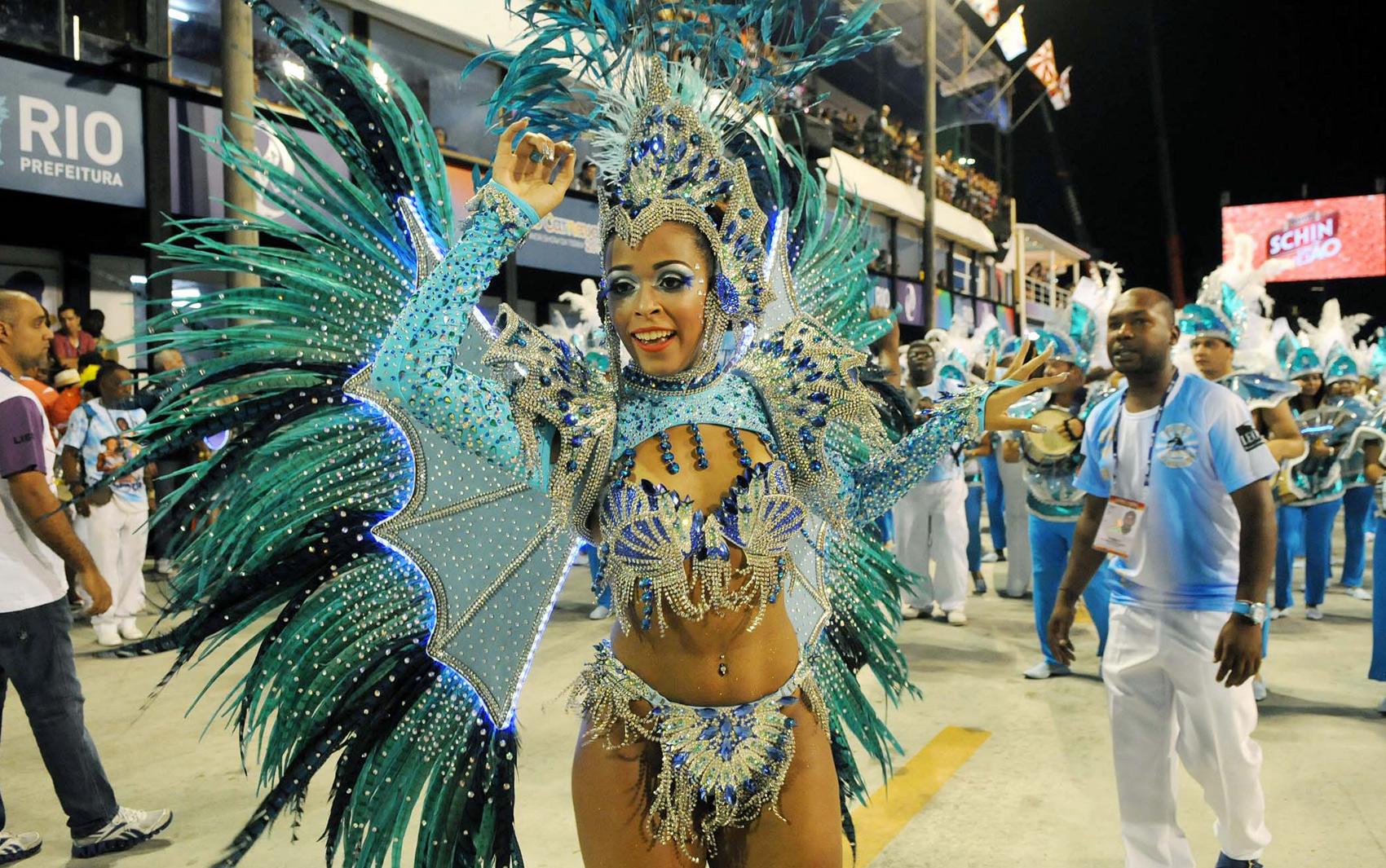 Rainha da bateria da Tradição, Rafaela Nascimento, desfila na Sapucaí