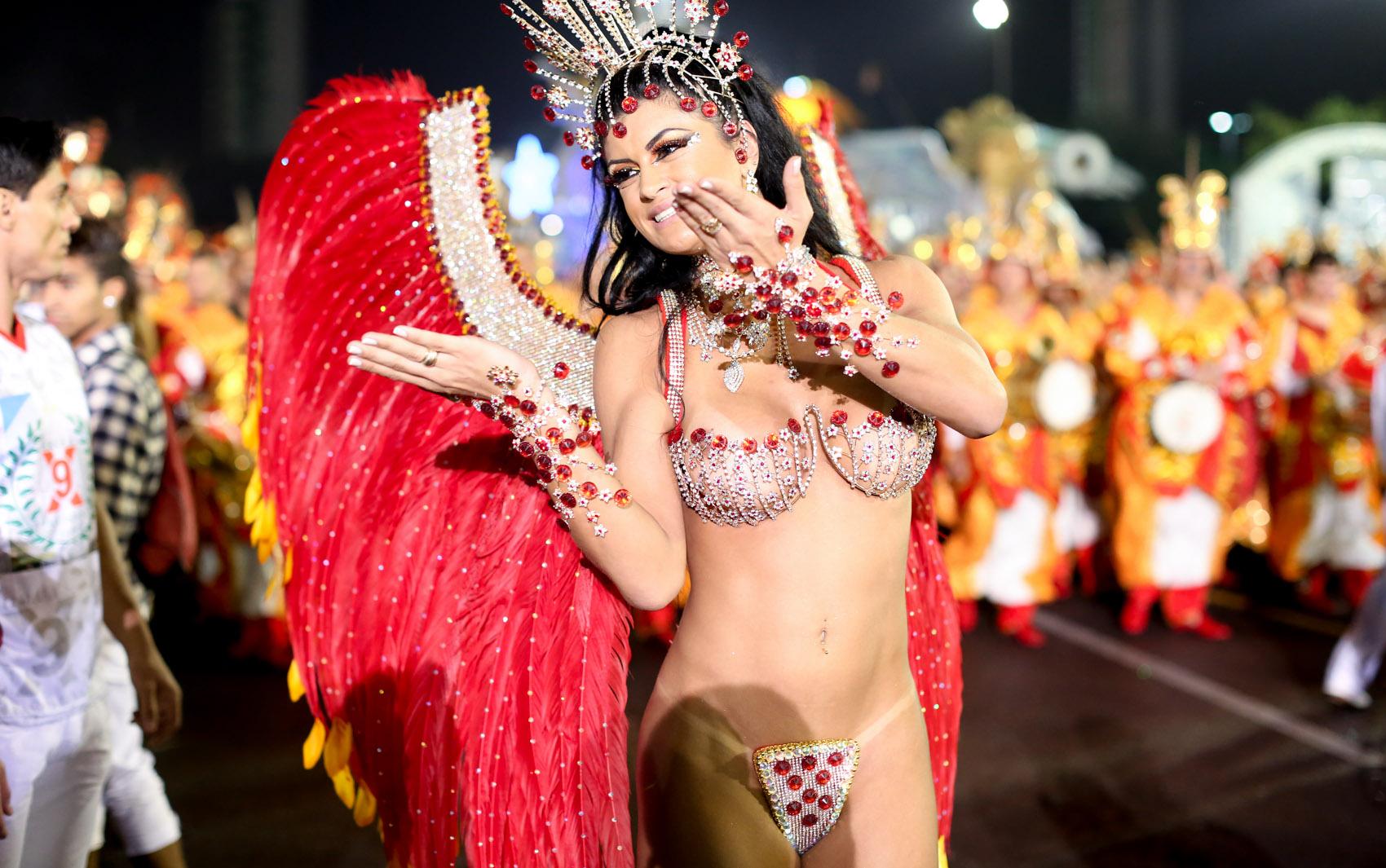 Camila Vernaglia, terceiro lugar no Miss Bumbum Brasil 2012, é destaque da X-9 Paulistana
