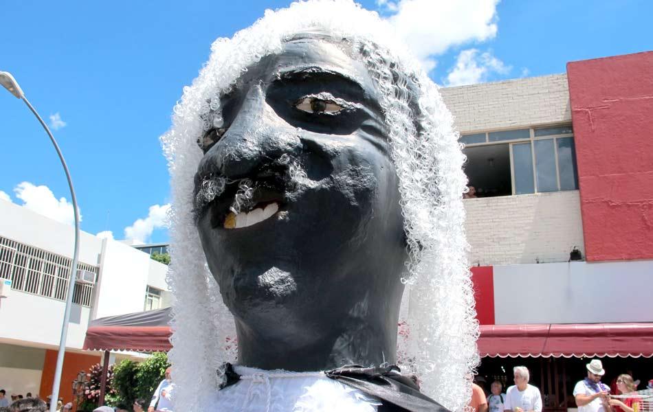"""O bloco """"Pacotão"""" é um dos mais tradicionais de Brasília. Neste domingo (10), a agremiação deu pelas ruas de Brasília com um boneco do presidente do Supremo Tribunal Federal (STF), Joaquim Barbosa, em um carro alegórico."""