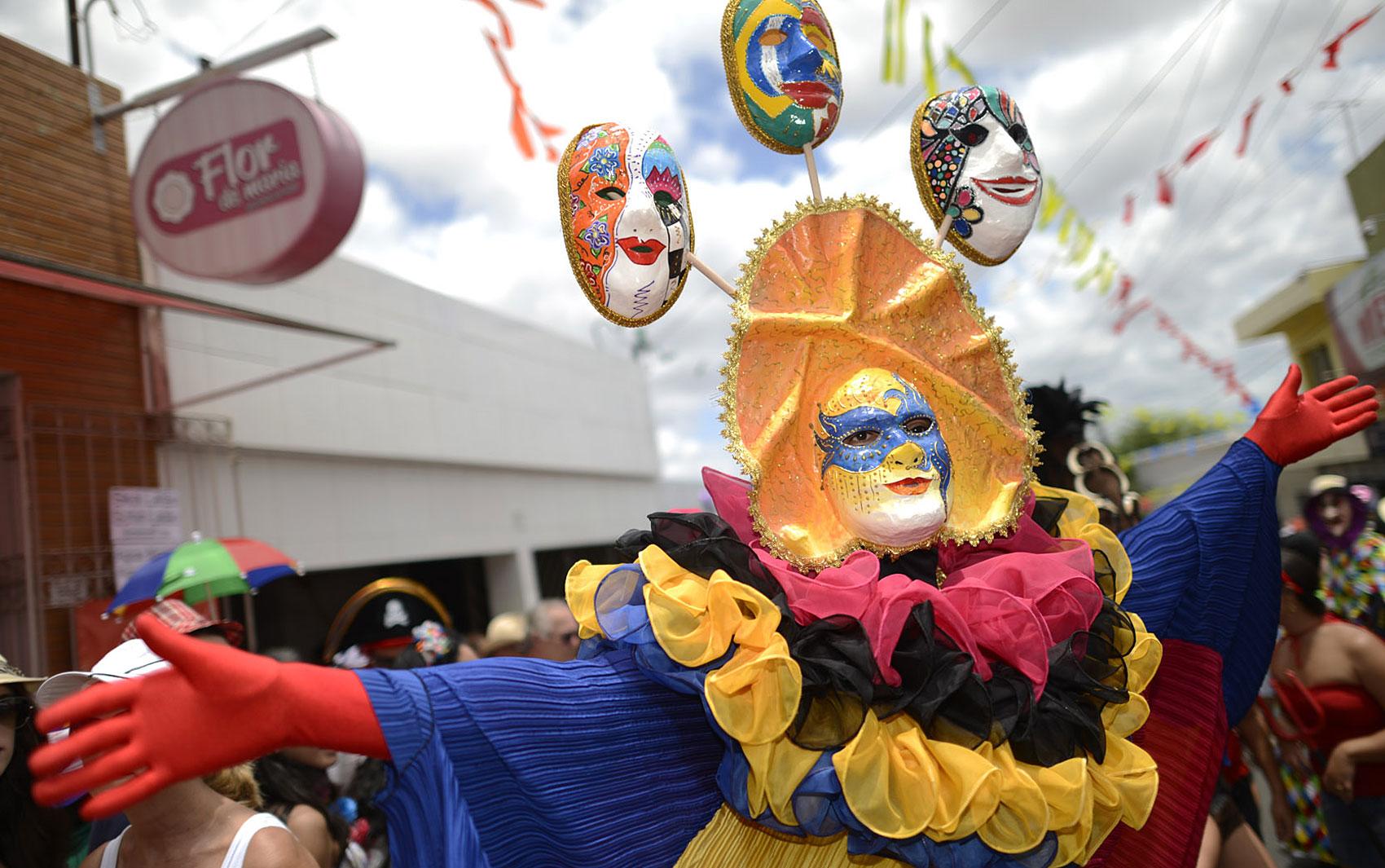 http://s.glbimg.com/jo/g1/f/original/2013/02/10/papangu_bracosabertos.jpg