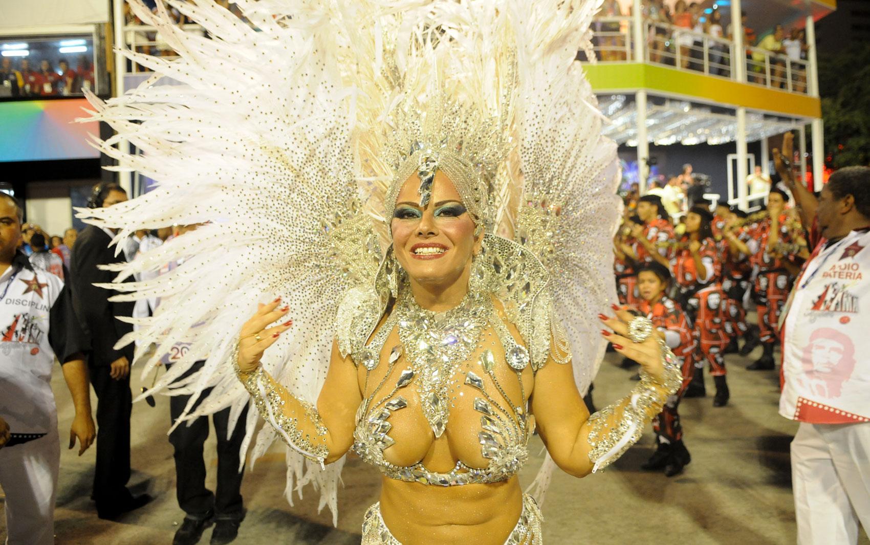 Viviane Araújo desfilou como rainha de bateria da escola Acadêmicos do Salgueiro, que levou à Sapucaí o tema 'Fama', da busca desesperada pelo reconhecimento ao desejo da imortalidade