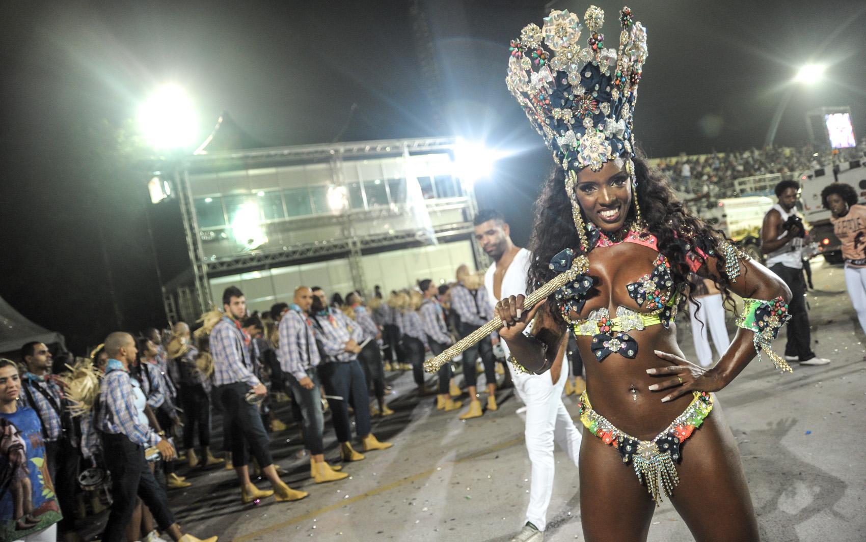 Valéria de Paula, rainha da bateria da Acadêmicos do Tucuruvi. A escola fala sobre centenário do nascimento do ator Amácio Mazzaropi