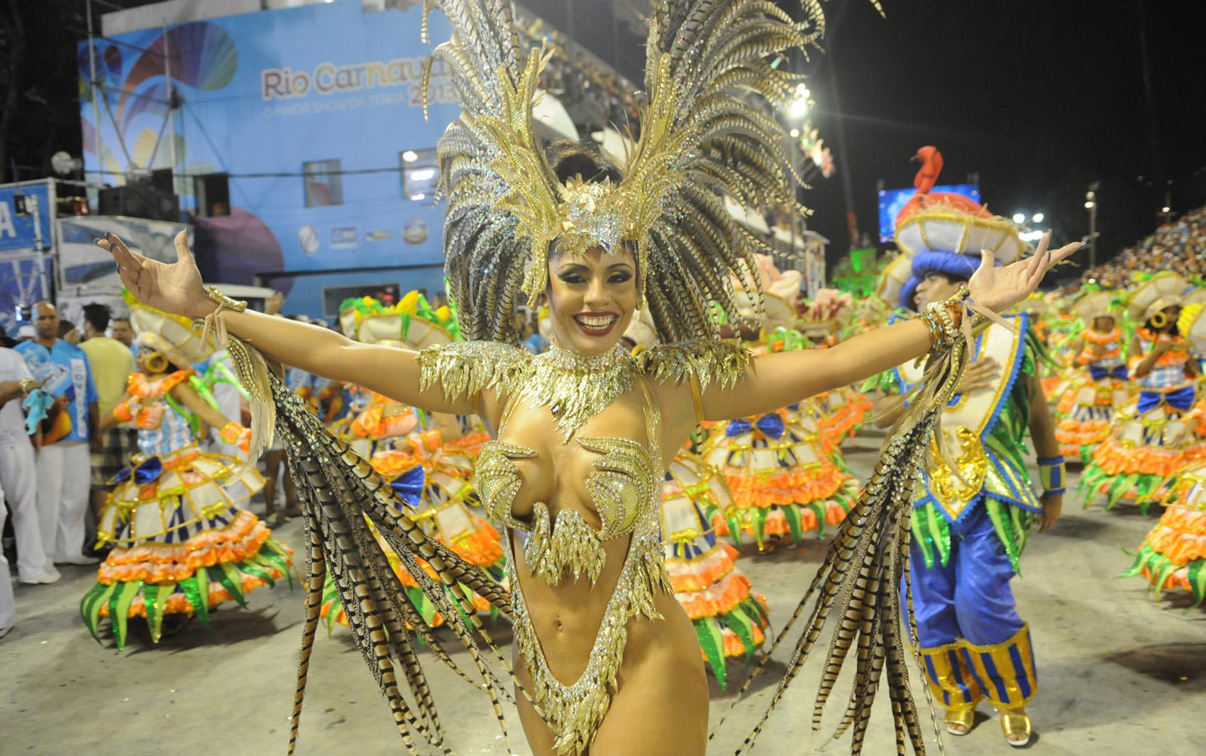 Destaque da Portela mostra simpatia no último desfile da Sapucaí do Grupo Especial