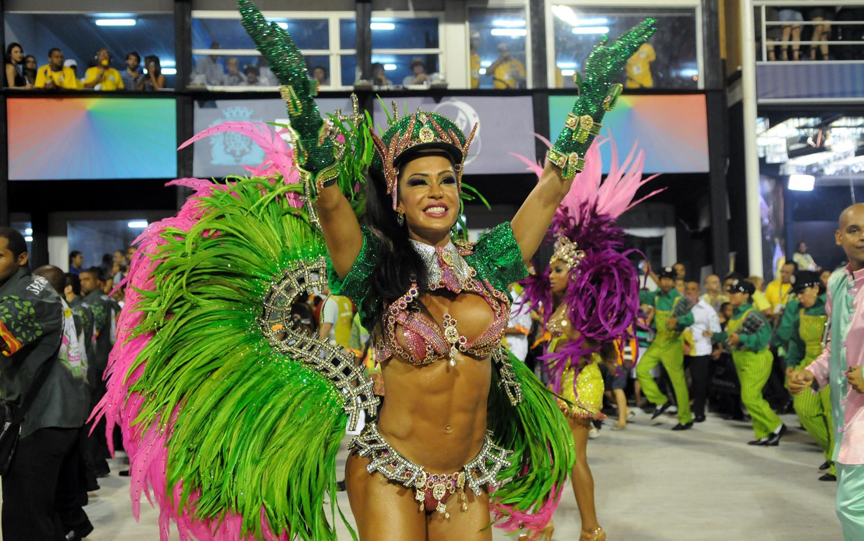 Rainha da bateria da Mangueira, Gracyanne Barbosa, cumprimenta foliões na Sapucaí. Escola levou enredo 'Cuiabá: Um paraíso no centro da América!'