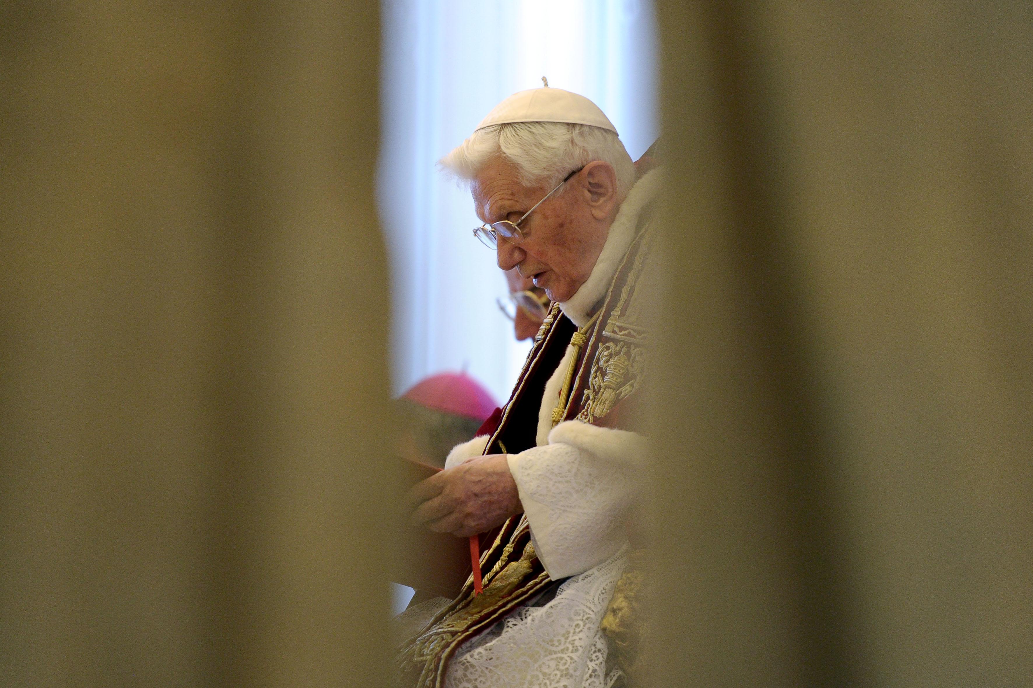 O Papa Bento XVI lê nesta segunda-feira (11) o anúncio de sua renúncia, durante reunião de cardeais no Vaticano. A imagem foi divulgada pelo jornal ' L'Osservatore Romano', do Vaticano