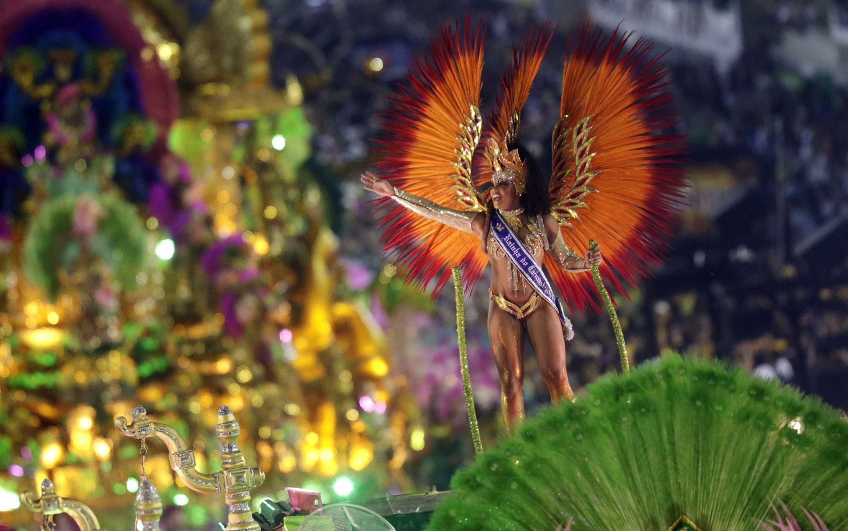 12/2/2012 - A rainha do Carnaval do Rio, Evelyn Bastos, no desfile da Mangueira